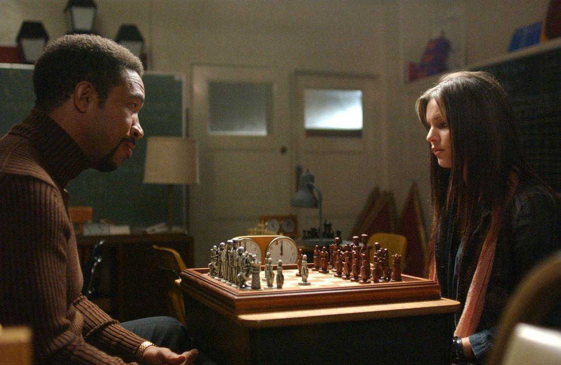 Eines Tages wird Joan (Amber Tamblyn, r.) von Gott (John Marshall Jones, l.) aufgefordert, sich mit Schach zu beschäftigen. Sie soll lernen, dass e... - Bildquelle: Sony Pictures Television
