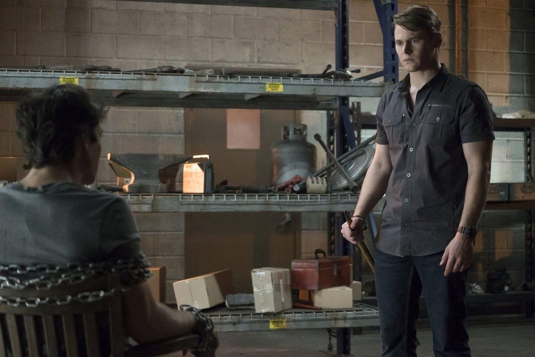 Matt (Zach Roerig, r.) versucht, von Damon (Ian Somerhalder, l.) zu erfahren, was ihn wirklich zur Werkstatt eines besonderen Mannes bringt. Während... - Bildquelle: Warner Bros. Entertainment, Inc.