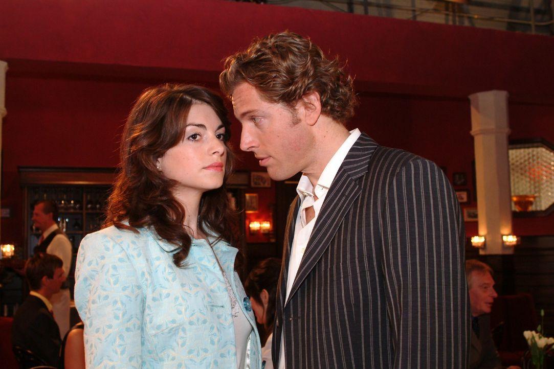 Mariella (Bianca Hein, l.) bekommt von Lars (Clayton M. Nemrow, r.) eine Abfuhr. - Bildquelle: Monika Schürle SAT.1 / Monika Schürle