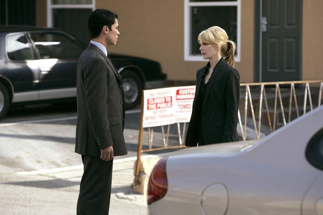 Det. Lilly Rush (Kathryn Morris, r.) erzählt ihrem Kollegen Det. Scott Valens (Danny Pino, l.), dass nicht nur ihre Schwester, sondern auch ihre Die... - Bildquelle: Warner Bros. Television