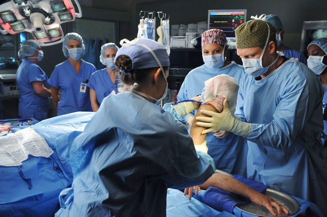 Ein großer Fernsehsender dreht eine Real Life Doku im Seattle Grace Mercy West Hospital. Das Fernsehteam ist dabei, als einem Mann zwei Arme transpl... - Bildquelle: ABC Studios