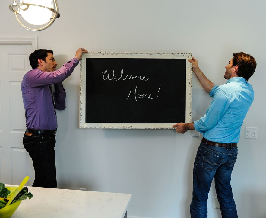 Geben dem Haus den letzten Schliff: Drew (l.) und Jonathan (r.). Treffen sie auch dieses Mal wieder den Geschmack ihrer Kunden? - Bildquelle: Eric Milner 2017,HGTV/Scripps Networks, LLC. All Rights Reserved