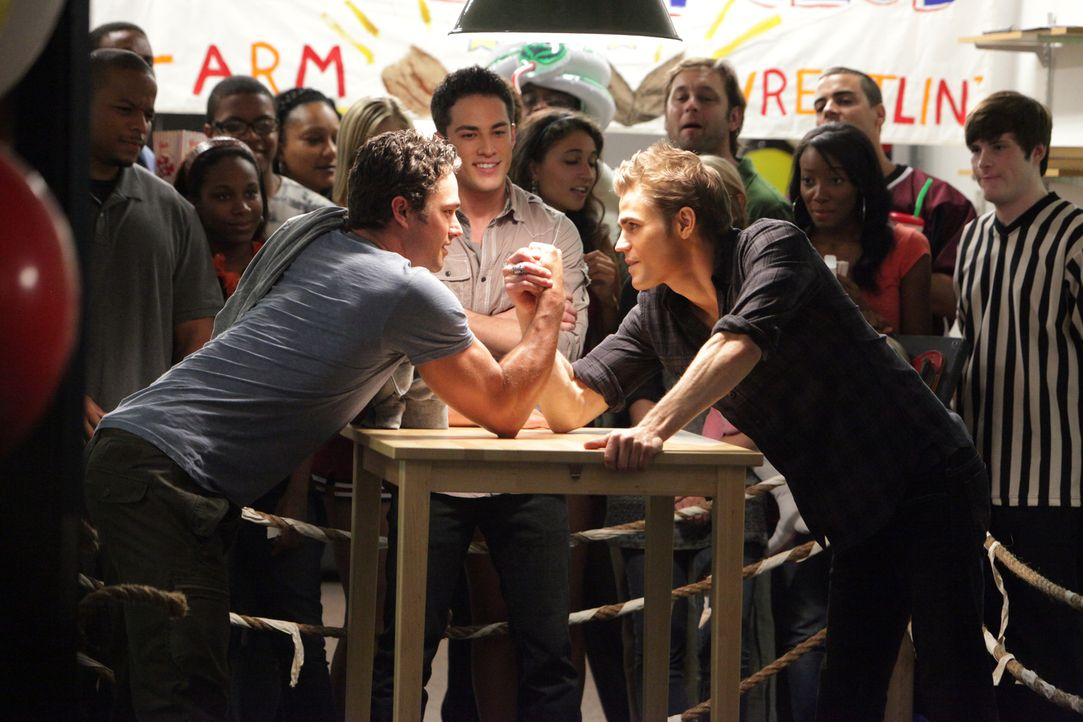 Kräftemessen: Stefan (Paul Wesley, r.) tritt im Armdrücken gegen Tylers Onkel Mason (Taylor Kinney, l.) an, doch obwohl Stefan übermenschliche Kräft... - Bildquelle: Warner Brothers