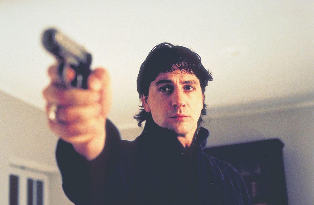Da Thomas (Gregor Törzs) unbeirrbar daran festhält, am 11. November ermordet zu werden, lernt er mit einer Waffe umzugehen ... - Bildquelle: Christian Rieger/Klick ProSieben