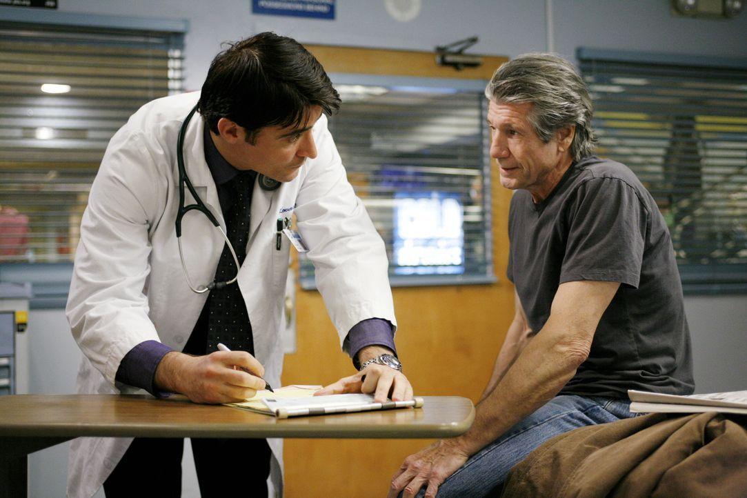 Luka (Goran Visnjic, l.) kümmert sich um Eddie (Fred Ward, r.) .... - Bildquelle: Warner Bros. Television