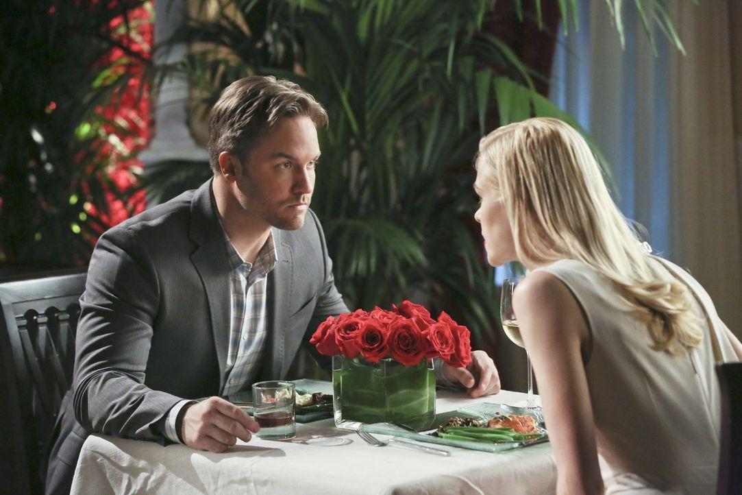 George (Scott Porter, l.) und Lemon (Jaime King, r.) wollen sich eigentlich aus dem Weg gehen, doch als Geschäftspartner ist das nicht so einfach ... - Bildquelle: Warner Brothers
