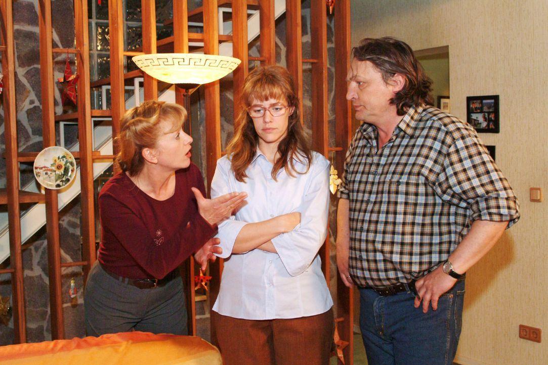 Helga (Ulrike Mai, l.) versteht nicht, was mit Lisa (Alexandra Neldel, M.) los ist und will, dass sie sich für ihr Verhalten bei Max entschuldigt.... - Bildquelle: Sat.1