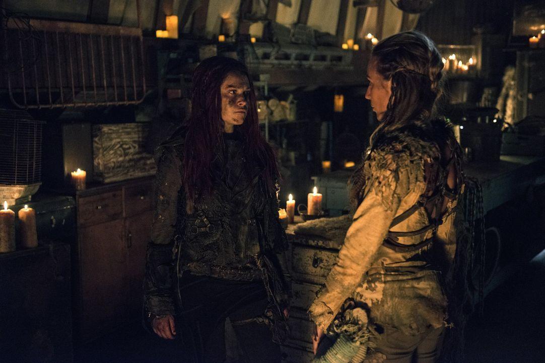 Clarke (Eliza Taylor, l.) treibt Handel mit der Grounderin Niylah (Jessica Harmon). Aber kann sie ihr auch vertrauen? - Bildquelle: 2014 Warner Brothers