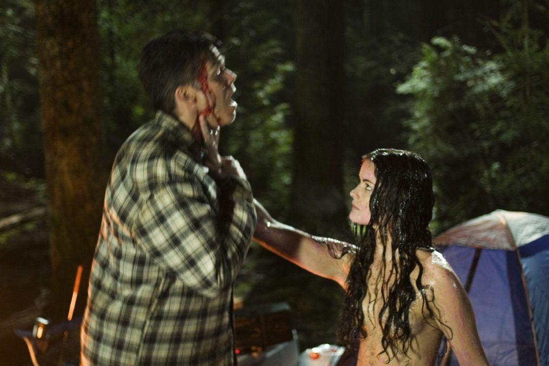 Jessi XX (Jaimie Alexander, r.), die seit der Sprengung des Forschungslabors hilflos umherirrt trifft in einem Waldstück auf einen Jäger (Jim Shie... - Bildquelle: TOUCHSTONE TELEVISION