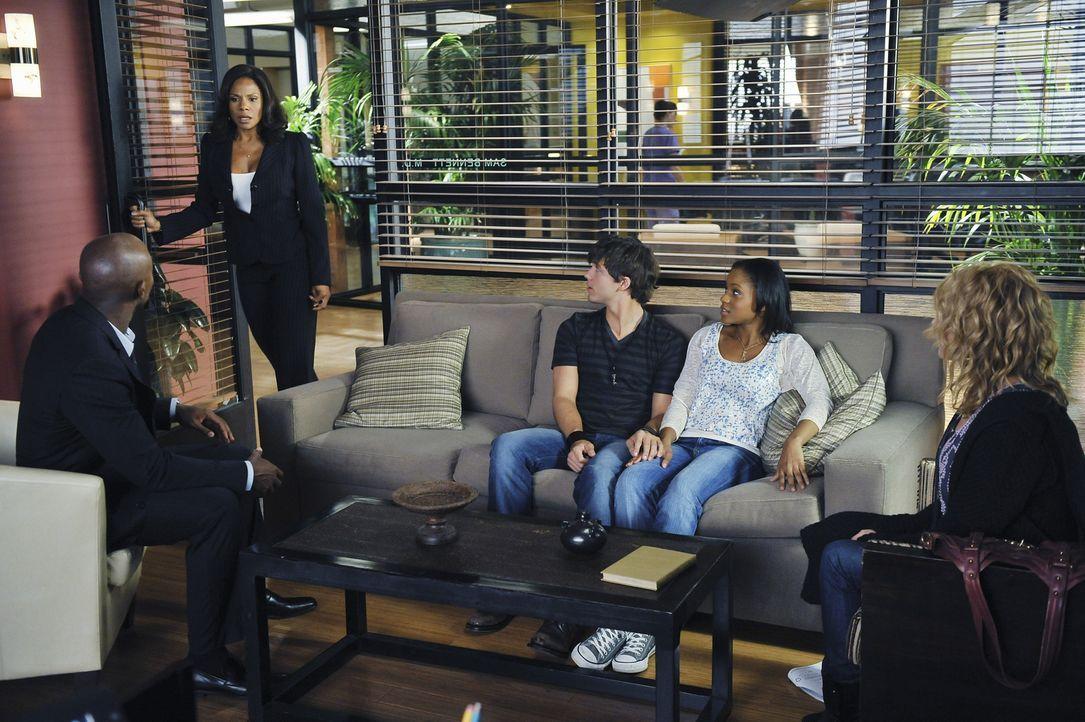 Während Addison und Cooper versuchen, einer jungen Familie zu helfen, haben Sam (Taye Diggs, l.), Naomi (Audra McDonald, 2.v.l.), Dink (Stephen Luns... - Bildquelle: ABC Studios
