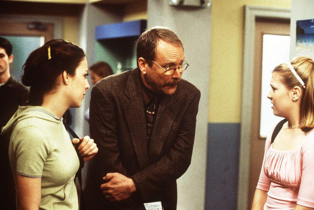 Valerie (Lindsay Sloane, l.) und Sabrina (Melissa Joan Hart, r.) finden Mr. Krafts (Martin Mull, M.) Verhalten sehr merkwürdig. - Bildquelle: Paramount Pictures