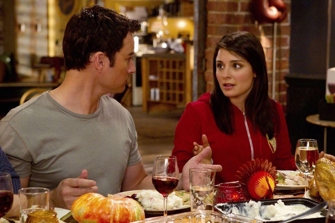 Während der Thanksgivingfeier kann Cate (Shiri Appleby, r.) nicht umhin als Ryan (Kerr Smith, l.) zu sagen, dass sie schwanger ist, aber so lange ni... - Bildquelle: The CW   2010 The CW Network, LLC. All Rights Reserved
