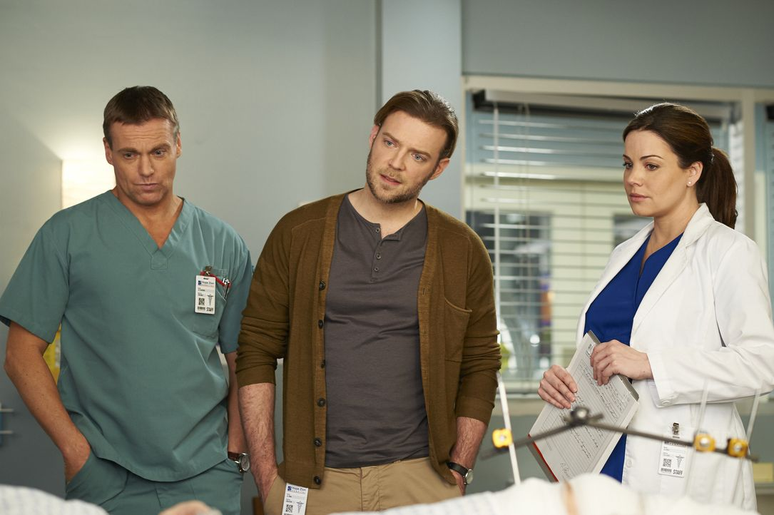 Während sich Charlie (Michael Shanks, l.), Dr. Dey (Mac Fyfe, M.) und Alex (Erica Durance, r.) um einen Mann kümmern, der auf der Flucht ist, raten... - Bildquelle: Ken Woroner 2014 Hope Zee Three Inc.