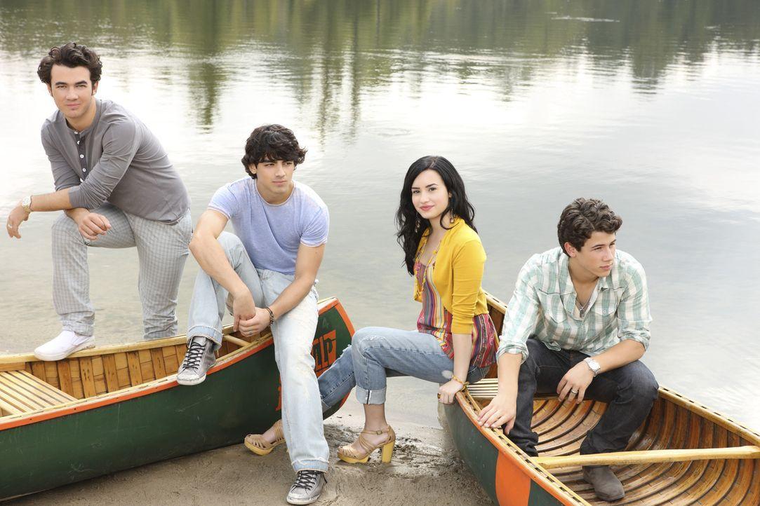 """(v.l.n.r.) Jason (Kevin Jonas), Shane (Joe Jonas), Mitchie (Demi Lovato) und Nate (Nick Jonas) wollen erneut den Kids im """"Camp Rock"""" den Spaß an der... - Bildquelle: Disney"""