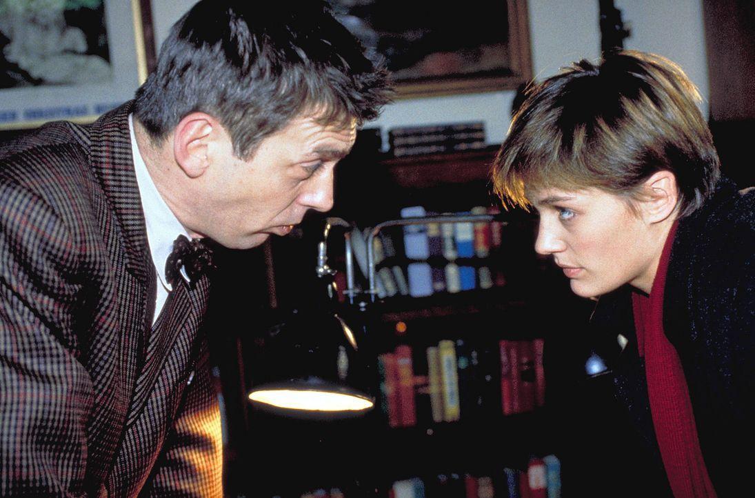 Für Engel gibt es im Leben von Inspektor Kurz (Reiner Heise, l.) keinen Platz. Er läßt Rita (Sonsee Ahray, r.) in die Psychiatrie einweisen ... - Bildquelle: Krause-Burberg ProSieben