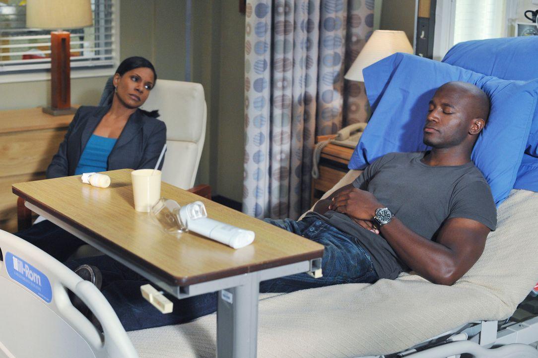 Während Archer sich von seiner OP erholt, erleidet Sam (Taye Diggs, r.) eine plötzliche Asthma-Attacke. Naomi (Audra McDonald, l.) und Bailey arbeit... - Bildquelle: ABC Studios