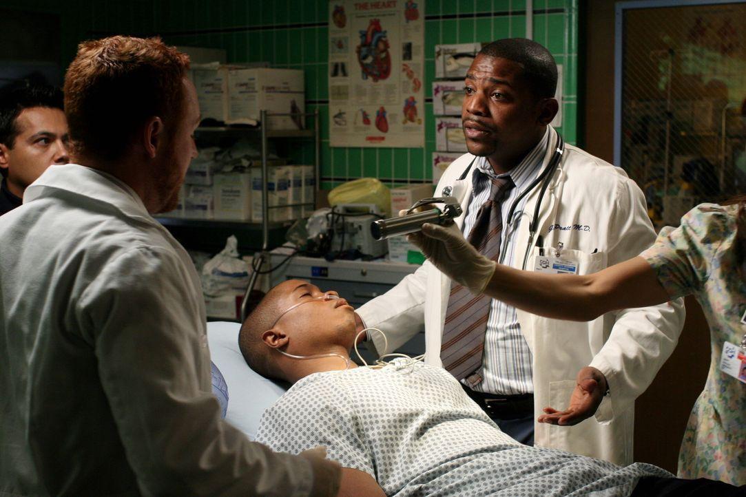 Pratt (Mekhi Phifer, r.) hindert Morris (Scott Grimes, l.) daran, Chaz (Sam Jones III, liegend) zu intubieren, als er bemerkt, dass sein Bruder wied... - Bildquelle: Warner Bros. Television