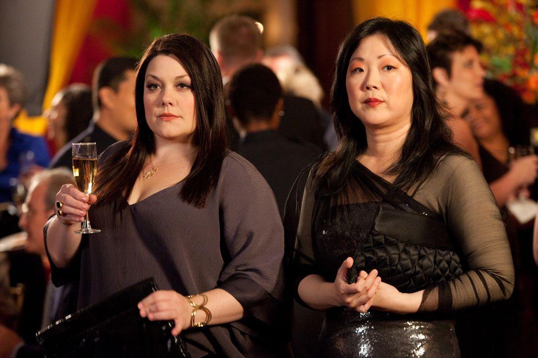 Jane (Brooke Elliott, l.) soll für ihre besonderen Dienste vom Polizeidistrikt ausgezeichnet werden. Doch noch ahnen sie und Teri (Margaret Cho, r.... - Bildquelle: 2009 Sony Pictures Television Inc. All Rights Reserved.