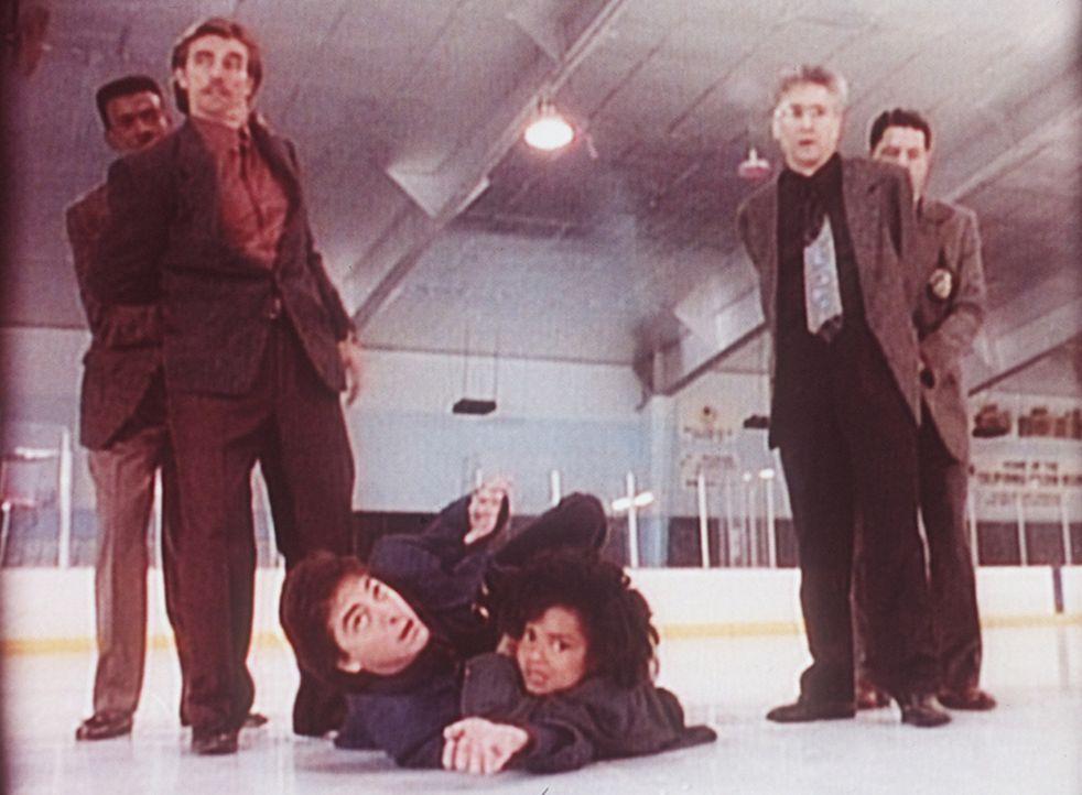 Jack (Scott Baio, Mitte l.) und Amanda (Victoria Rowell, Mitte r.) werden auf der Eisbahn von Verbrechern gejagt. - Bildquelle: Viacom
