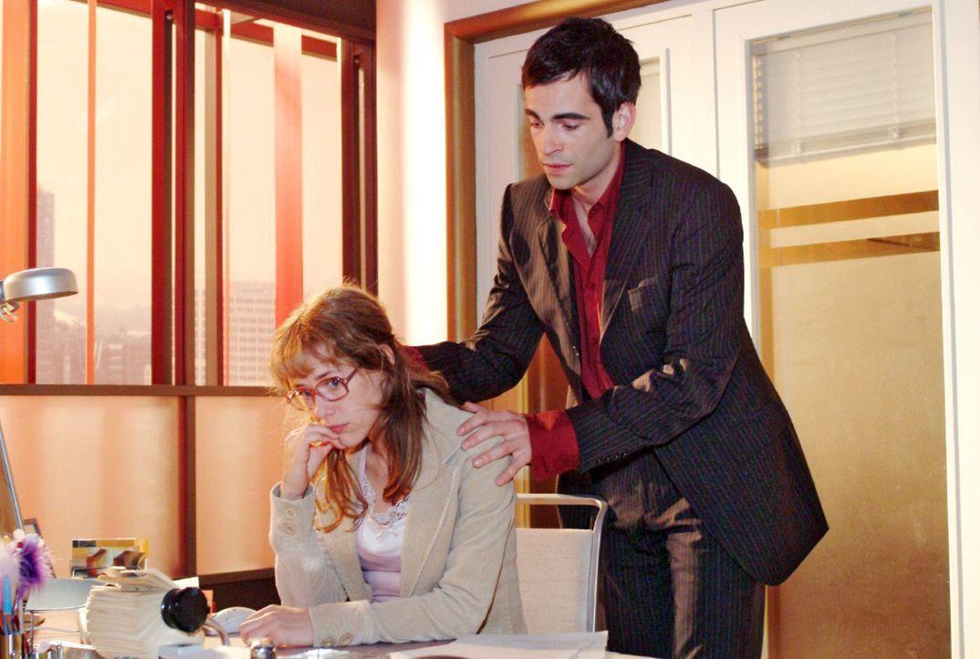 David (Mathis Künzler, r.) erkennt, dass Lisa (Alexandra Neldel, l.) Sorgen hat, und zeigt sich von seiner einfühlsamen Seite. (Dieses Foto von Al... - Bildquelle: Sat.1