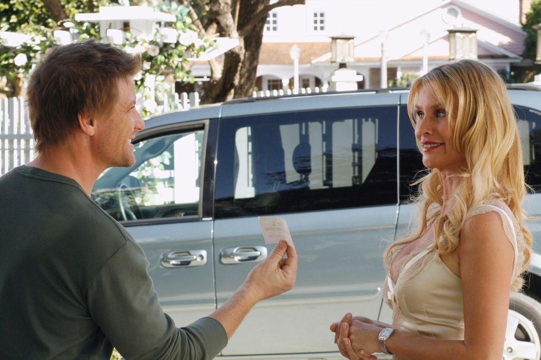 Edie (Nicolette Sheridan, r.) bittet Tom (Doug Savant, l.) darum, Austin einen Job in seiner Pizzeria zu geben ... - Bildquelle: 2005 Touchstone Television  All Rights Reserved