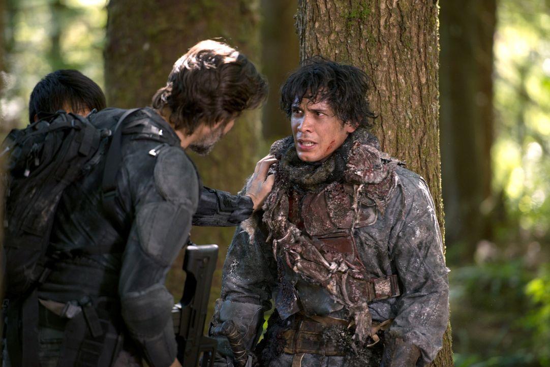 Kane (Henry Ian Cusick, l.) und Bellamy (Bob Morley, r.) riskieren ihr Leben, um das von Clarke zu retten ... - Bildquelle: 2014 Warner Brothers