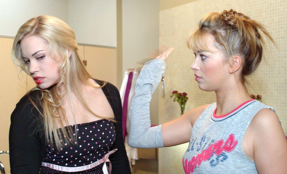 Zwischen Kim (Lara-Isabelle Rentinck, l.) und Hannah (Laura Osswald, r.) kommt es wegen Timo zu einer handgreiflichen Auseinandersetzung ... - Bildquelle: Sat.1