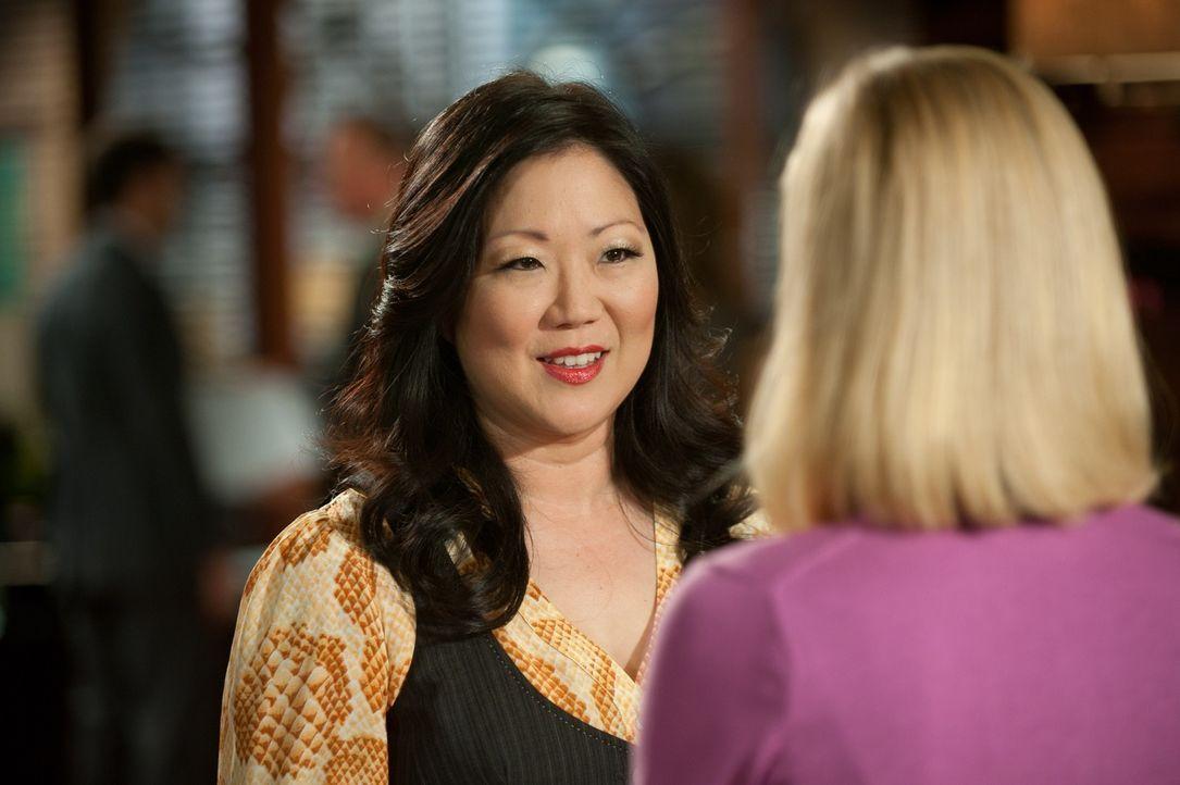 Stacy (April Bowlby, r.) ist völlig aus dem Häuschen weil sie glaubt, Luke möchte mit ihr ausgehen. Teri (Margaret Cho, l.) hat dazu natürlich e... - Bildquelle: 2012 Sony Pictures Television Inc. All Rights Reserved.