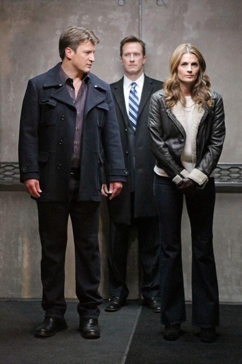 Am Fundort einer Leiche werden Beckett (Stana Katic, r.) und Castle (Nathan Fillion, l.) entführt und von Jones (Russell Edge, M.) in ein Geheimvers... - Bildquelle: 2012 American Broadcasting Companies, Inc. All rights reserved.