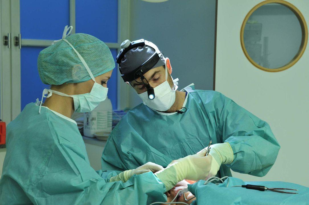 Beauty Docs: Doktor Rippmann während einer Schönheits-OP - Bildquelle: sixx Andre Kowalski