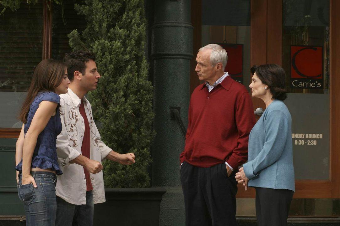 Damit haben Ted (Josh Radnor, 2.v.l.) und Robin (Cobie Smulders, l.) nicht gerechnet. Virginia (Cristine Rose, r) und Alfred Mosby (Michael Gross, 2... - Bildquelle: Monty Brinton 20th Century Fox International Television