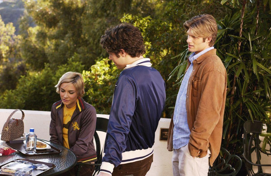 Während Seth (Adam Brody, M.) und Anna (Samaire Armstrong, l.) beschließen, in ihrer Beziehung etwas zu ändern, bietet Luke (Chris Carmack, r.) R... - Bildquelle: Warner Bros. Television