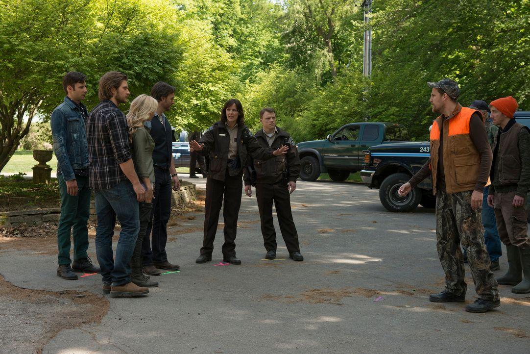 Können Sheriff Morgan (Fiona Highet, 4.v.r.) und ihr Kollege Deputy O'Neil (Rogan Christopher, 3.v.r.) die rivalisierenden Gruppen voneinander fernh... - Bildquelle: 2014 She-Wolf Season 1 Productions Inc.