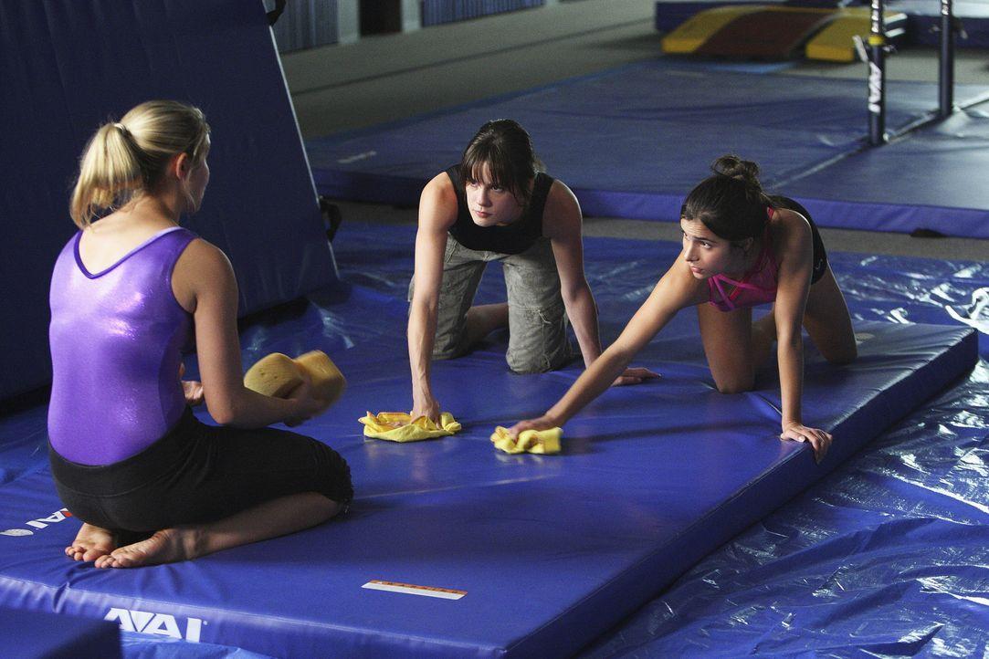 Bekommen eine besondere Strafarbeit von ihrem neuen Trainer aufgebrummt: Payson (Ayla Kell, l.), Emily (Chelsea Hobbs, M.) und Kylie (Josie Loren, r... - Bildquelle: 2009 DISNEY ENTERPRISES, INC. All rights reserved. NO ARCHIVING. NO RESALE.