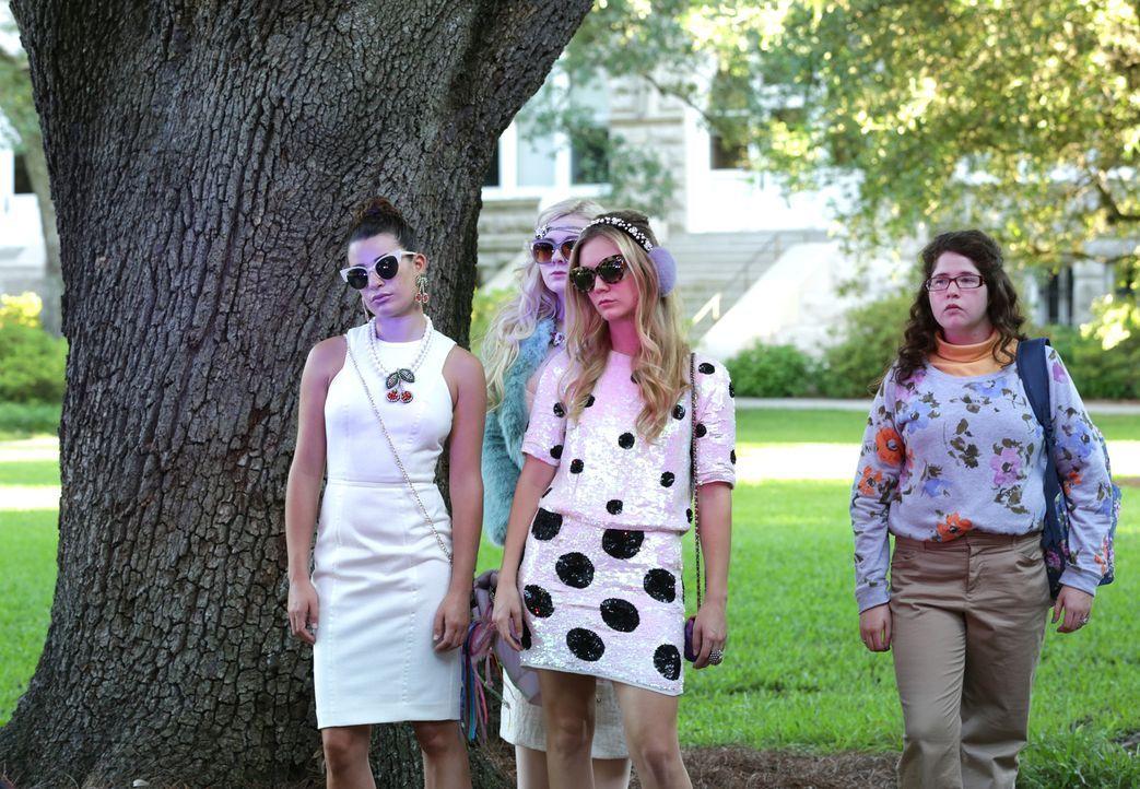 Verschwören sich (v.l.n.r.) Hester (Lea Michele), Chanel #5 (Abigail Breslin), Chanel #3 (Billie Lourd) und Jennifer (Breezy Eslin) gegen Chanel? - Bildquelle: 2015 Fox and its related entities.  All rights reserved.