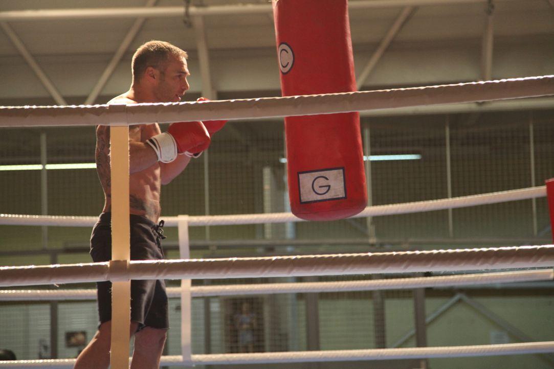 Mit den Eigenheiten des neuen Kommandant Rocher (Philippe Bas) kommt nicht jeder gut klar ... - Bildquelle: Stanislas Marsil 2011 BEAUBOURG AUDIOVISUEL
