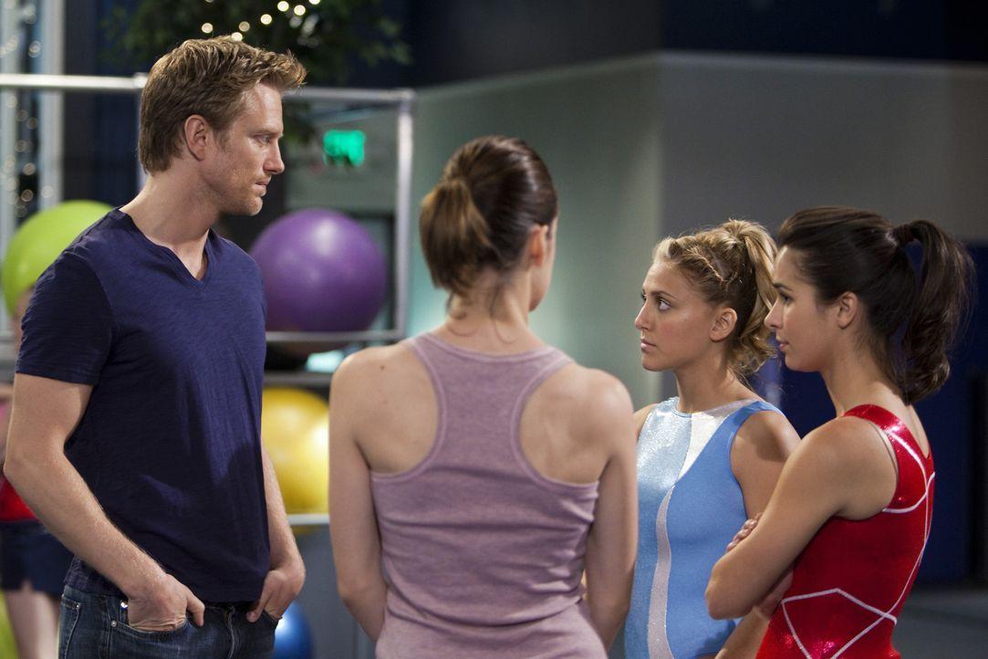 Kaylie (Josie Loren, r.), Emily (Chelsea Hobbs, 2.v.l.) und Lauren (Cassie Scerbo, 2.v.r.) müssen ihrem Trainer Sasha (Neil Jackson, l.) etwas beic... - Bildquelle: 2010 Disney Enterprises, Inc. All rights reserved.