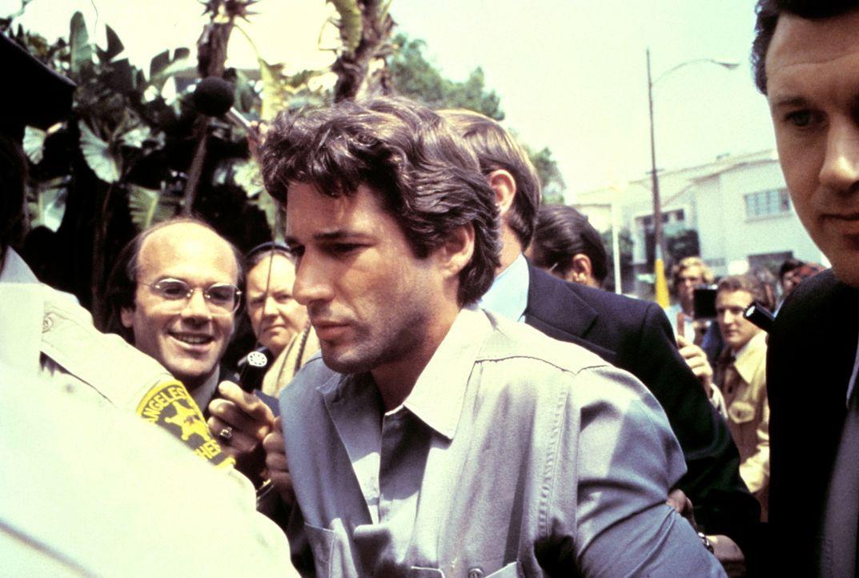 Da Julian (Richard Gere, M.) kein Alibi für die Tatzeit vorweisen kann, wird er verhaftet und kommt ins Gefängnis ... - Bildquelle: Paramount Pictures