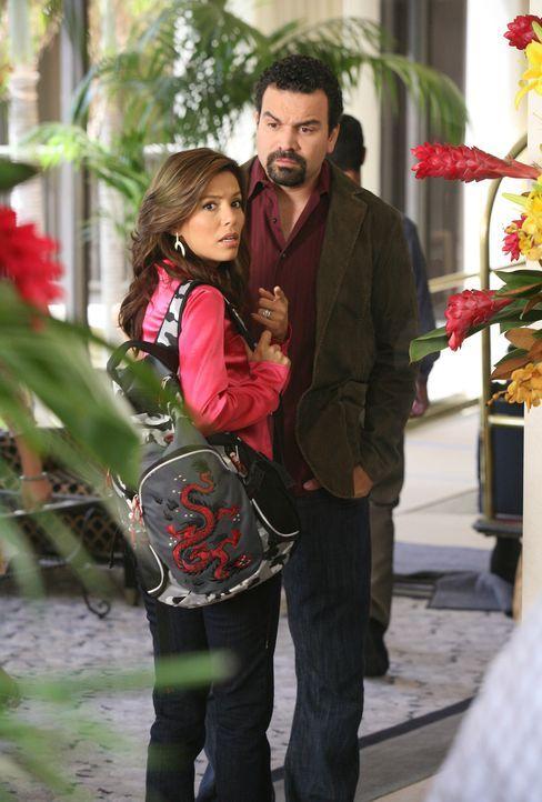 Während Victor auf Geschäftsreise ist, wollen sich Gabrielle (Eva Longoria, l.) und Carlos (Richardo Antonio Chavira, r.) zu einem intimen Stelldich... - Bildquelle: ABC Studios