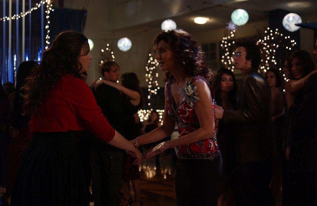 Helen (Mary Steenburgen, r.) versucht, ihre Tochter Joan (Amber Tamblyn, l.) von einer Dummheit abzuhalten ... - Bildquelle: Sony Pictures Television