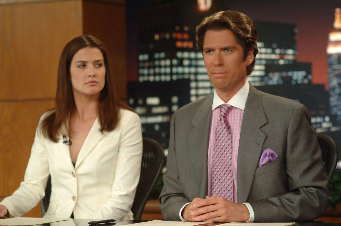 Während der Moderation mit ihrem Kollegen Sandy (Alexis Denisof, r.) ahnt Robin (Cobie Smulders, l.) noch nicht, was sie zu Hause erwarten wird ... - Bildquelle: 20th Century Fox International Television