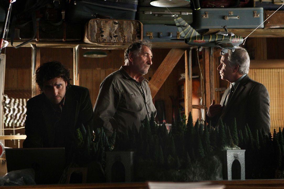 Versuchen einen der bekanntesten ungelösten Fälle des FBI aufzudecken: Charlie (David Krumholtz, l.), Alan (Judd Hirsch, M.) und Roger Bloom (Henry... - Bildquelle: Paramount Network Television