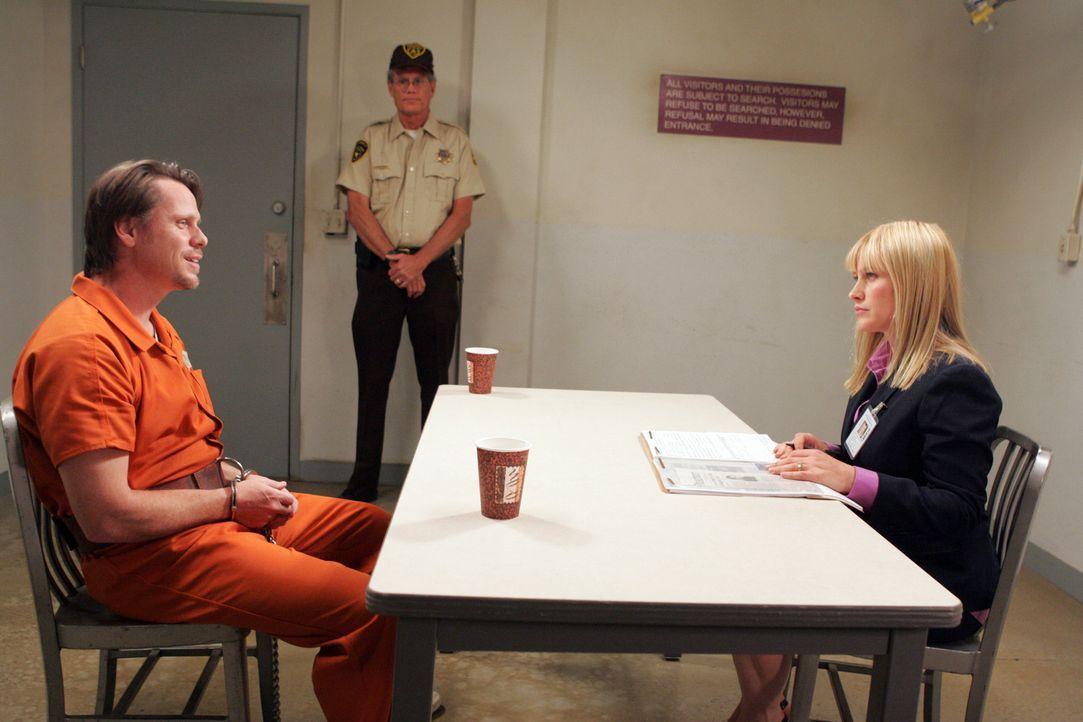 Allison (Patricia Arquette, r.) verhört einen Mann (Don Harvey, l.), der den Mord an drei Mädchen gestanden hat ... - Bildquelle: Paramount Network Television
