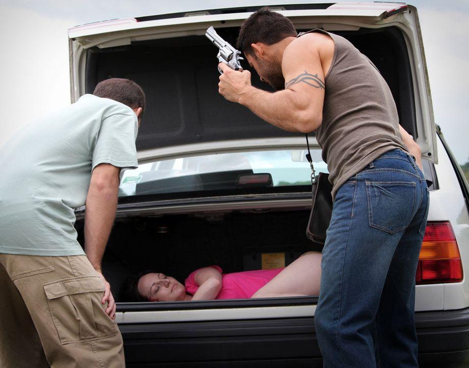 Jamey Cheek (l.) und Tom Nelson (r.) schlagen Barbara Oxendine (M.) bewusstlos und lassen sie bei lebendigem Leibe in ihrem Auto verbrennen ... - Bildquelle: M2 Pictures
