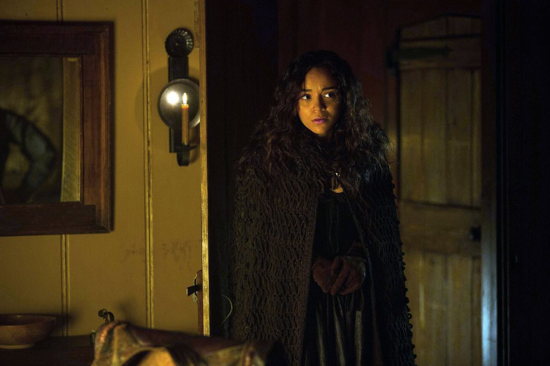 Gelingt es Tituba (Ashley Madekwe) sogar John zu beeinflussen, damit er für sie und damit für die Hexen die Drecksarbeit erledigt? - Bildquelle: 2013-2014 Fox and its related entities.  All rights reserved.