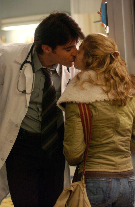 Luka (Goran Visnjic, l.) ist besorgt um Sam (Linda Cardellini, r.), die etwas geistesabwesend wirkt ... - Bildquelle: WARNER BROS