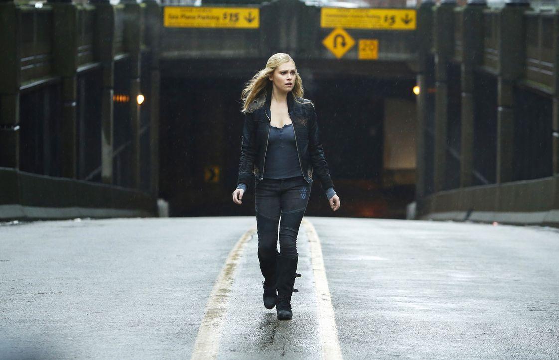 In der Stadt des Lichts wird Clarke (Eliza Taylor) vor eine wichtige Entscheidung gestellt, die das Ende der Menschheit auf der Erde einläuten könnt... - Bildquelle: 2014 Warner Brothers