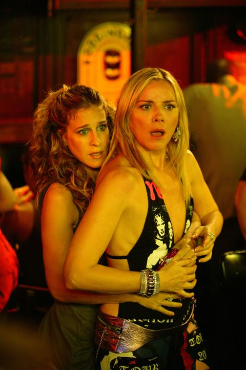 Kurzzeitig können die gefrusteten Freundinnen Carrie (Sarah Jessica Parker, l.) und Samantha (Kim Cattrall, r.) den Alltagssorgen entfliehen. Doch... - Bildquelle: Paramount Pictures