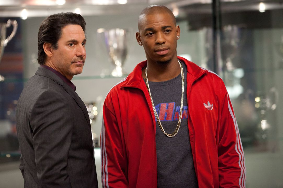 TK (Mehcad Brooks, r.) wird von einer Stalkerin verfolgt, die angeblich die Mutter seines Sohnes ist. Nico (Scott Cohen, l.) weiß nicht, was er dav... - Bildquelle: 2011 Sony Pictures Television Inc. and Universal Network Television LLC.  All Rights Reserved.