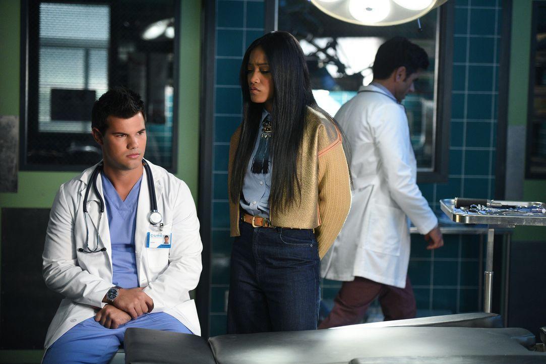 Noch glaubt Zayday (Keke Palmer, r.), dass Dr. Cassidy Cascade (Taylor Lautner, l.) der normalere der beiden Ärzte ist ... - Bildquelle: 2016 Fox and its related entities.  All rights reserved.